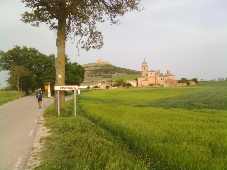 Castrojeriz ai piedi della collina e il suo castello sulla cima