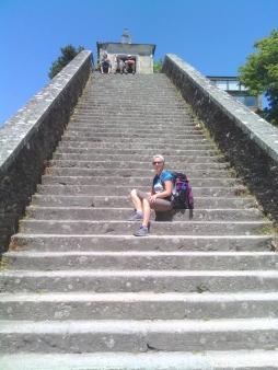 Io, sulle scale che portano al paese di Portomarin