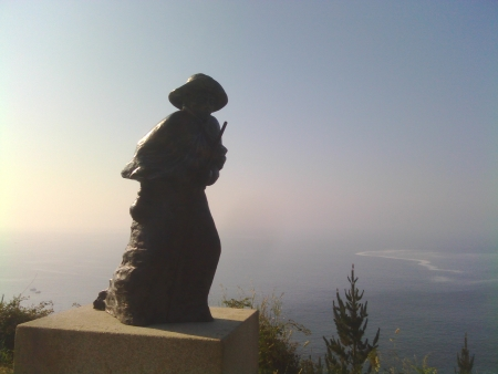 Statua pellegrino per arrivare alla punta di Finisterre