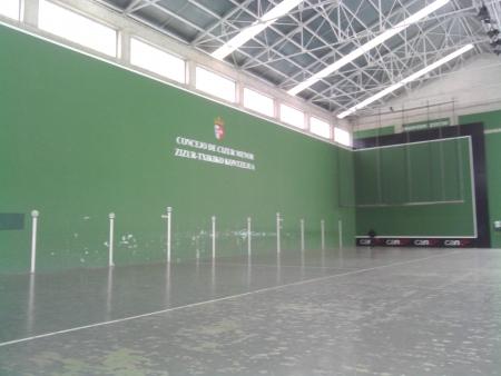 Campo di Fronton in Cizur, si gioca colpendo la palla con la mano, facendola rimbalzare contro il muro frontale