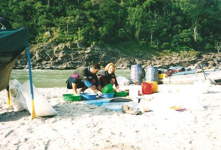 Rafting fiume Tamur, lavando i piatti - Nepal